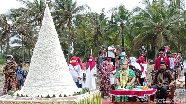 Acara ritual bertajuk larungan agung menjaga persatuan dan kesatuan bangsa itu digelar oleh sebuah perkumpulan bernama Yayasan Manunggal Rasa Kemanusiaan yang berasal dari Kabupaten Cilacap Jawa Tengah. Mereka sengaja datang ke Pangandaran untuk melakukan ritual.