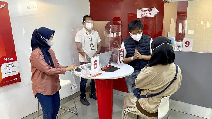 Direktur Utama Telkomsel Hendri Mulya Syam menyapa dan berinteraksi langsung dengan pelanggan di GraPARI Dago Bandung pada momentum Hari Pelanggan Nasional 2021 sebagai komitmen untuk menghadirkan solusi terbaik bagi pelanggan dengan semangat customer centric.