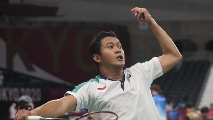 Indonesia's Setiawan Fredy celebrates after Fredy defeated India's Tarun in men's singles SU4 bronze medal badminton match at the Tokyo 2020 Paralympic Games, Sunday, Sept. 5, 2021, in Tokyo, Japan. (AP Photo/Kiichiro Sato)