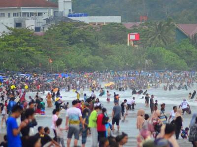 Keramaian Pantai Pangandaran Disorot Jokowi, Sandiaga: Jangan Euforia!