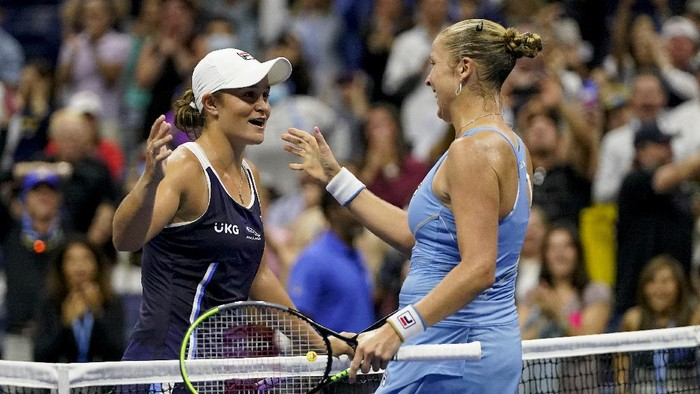 Shelby Rogers, of the United States, right, greets Ashleigh Barty, of Australia, at the net after defeating Barty during the third round of the US Open tennis championships, Saturday, Sept. 4, 2021, in New York. (AP Photo/Frank Franklin II)