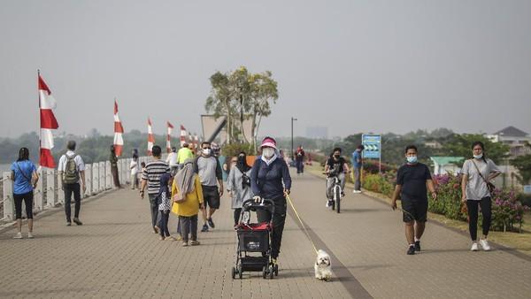 Pantai ini ditunjang fasilitas jalur Jalan Sehat dan Sepeda Santai (Jalasena) serta pemandangan teluk Jakarta.