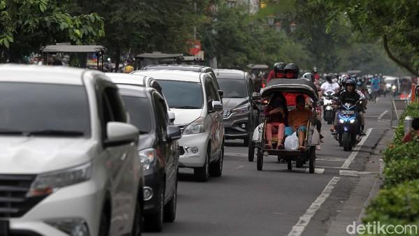 Banyaknya wisatawan membuat arus lalu lintas tersendat.