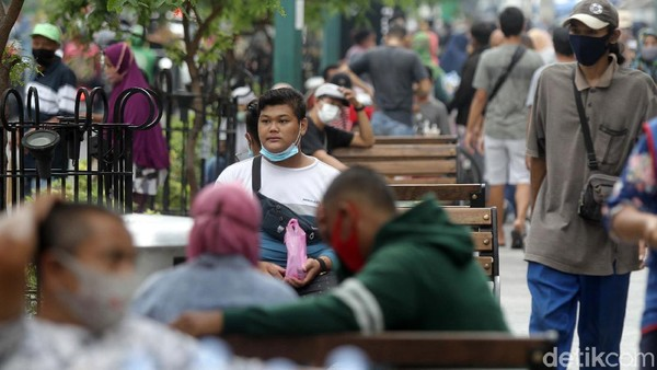 Beberapa orang tampak tidak memakai masker dengan benar saat beraktivitas di Malioboro.