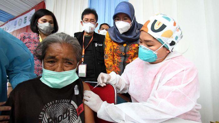 Sebanyak 300 anggota komunitas pemulung menerima vaksinasi COVID-19. Hal ini agar dapat bekerja dengan kondisi yang lebih aman dan terlindungi.