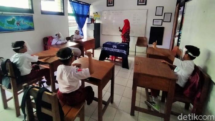 Para siswa Sekolah luar biasa (SLB) Karya Mulia di Kota Surabaya melakukan pembelajaran tatap muka (PTM). PTM disambut riang gembira oleh guru dan siswa.