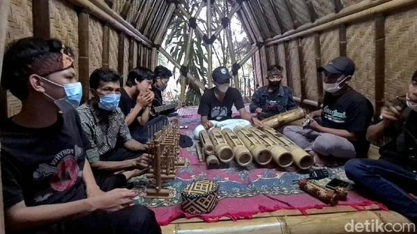 Selain dikenal dengan sebutan Kampung Bambu, kawasan itu juga dikenal dengan Kampung Enggrang atau keterampilan berjalan di atas batang bambu. Sumber daya alam hutan bambu sangat melimpah, wajar ketika kawasan ini kental dengan budaya terkait bambu.