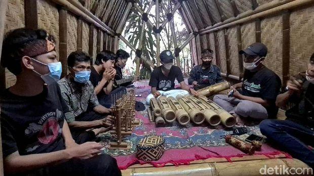 Menparekraf Sandiaga Uno melakukan serangkaian kunjungan di Sukabumi, Jawa Barat. Salah satu tempat yang ia kunjungi adalah Kampung Bambu di kawasan Cantayan.