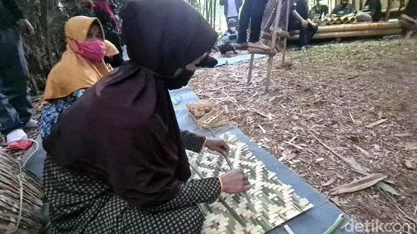 Di lokasi itu, Sandiaga disuguhkan keterampilan masyarakat menganyam berbagai kerajinan berbasis bambu, seni alat musik menggunakan bambu dan atraksi enggrang yang dimainkan oleh anak-anak.