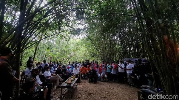 Menteri Pariwisata dan Ekonomi Kreatif (Menparekraf) dan Kepala Badan Pariwisata dan Ekonomi Kreatif Sandiaga Uno melakukan serangkaian kunjungan di Sukabumi. Salah satunya ia melihat Kampung Bambu di Kampung Cibiru, Desa Cantayan Kecamatan Cicantayan, Minggu (5/9/2021).