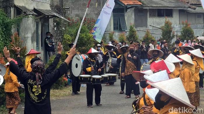Marching Band Opa Oma ini sudah sangat dikenal warga Sukabumi untuk berbagai event daerah hingga nasional. Sesuai namanya, pemainnya pun tak lagi muda.