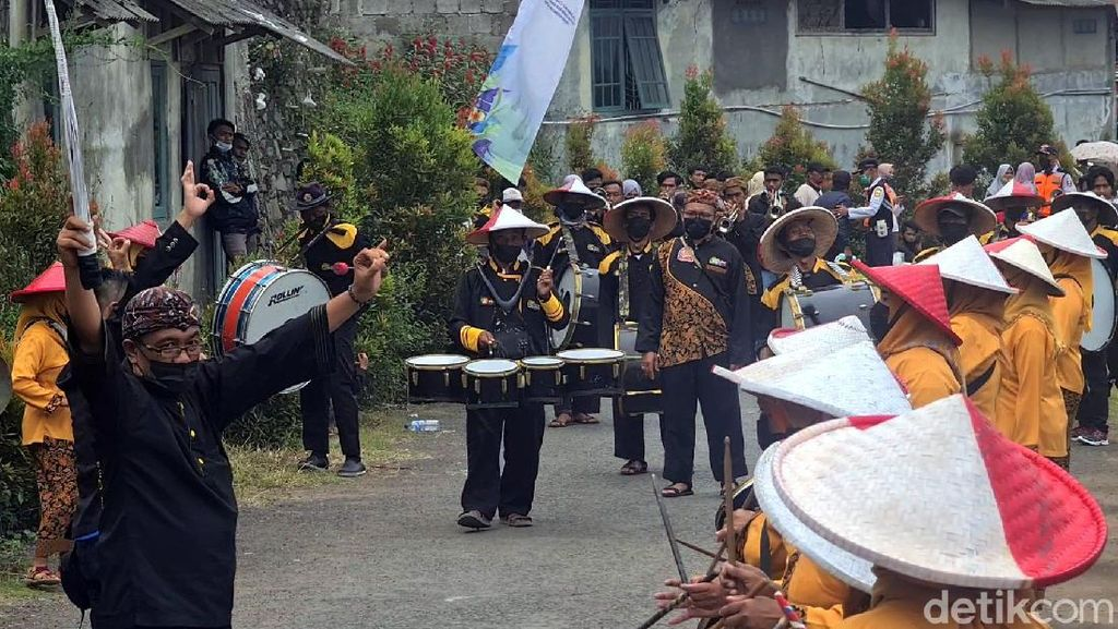 Begini Jadinya Kalau Lansia di Sukabumi Ikut Marching Band