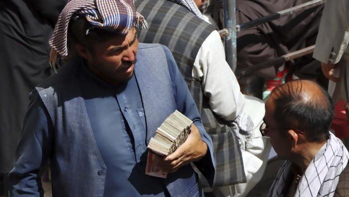 Afghan black market money changers wait for customers in Sarai Shahzada market in Kabul, Afghanistan, Saturday, Sept. 4, 2021. (AP Photo/Wali Sabawoon)