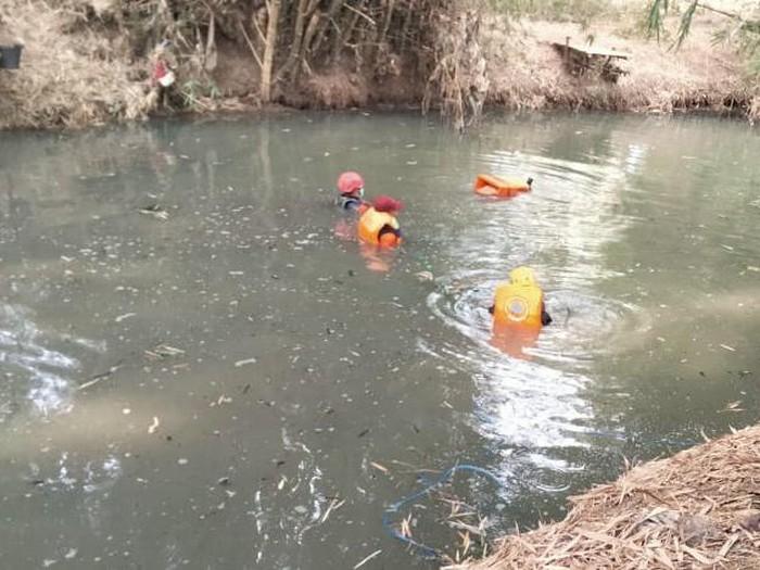Ayong (10) warga Desa Patihan Kidul, Kecamatan Siman tewas tenggelam di Sungai Urong-urong. Korban tenggelam saat mencari ikan bersama tiga temannya.