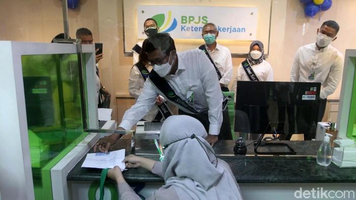 BPJS Ketenagakerjaan (BPJamsostek) peringati Hari Pelanggan Nasional tahun 2021. Mereka memberikan Pelayanan Tanpa Kontak Fisik (Lapak Asik).