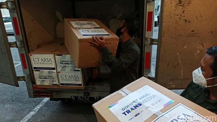 CT ARSA Foundation kembali mengirimkan bantuan APD bagi para Nakes. Kali ini bantuan dikirimkan untuk Nakes di zona merah, Nusa Tenggara Timur.