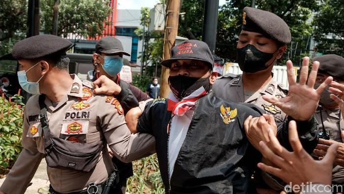 Massa menggelar aksi di depan gedung DPRD DKI Jakarta. Dalam aksi tersebut mereka mendemo Gubernur DKI Jakarta Anies Baswedan soal Formula E.