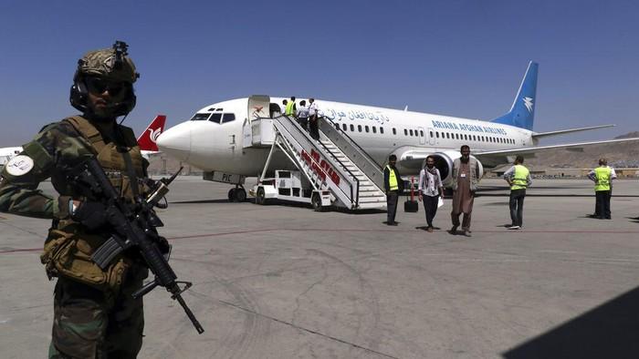 Bandara di Ibu Kota Afghanistan kembali beroperasi usai dikuasai Taliban. Sejumlah penerbangan domestik pun diketahui telah kembali mengudara. Ini fotonya.