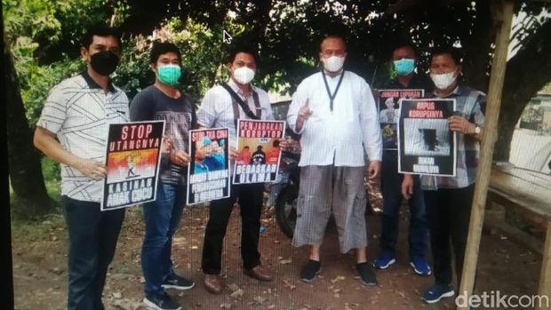 Foto lima polisi dinarasikan berdemo saat Presiden Jokowi berkunjung ke Lampung viral di media sosial. Polda Lampung memberi klarifikasi. (dok Polda Lampung)