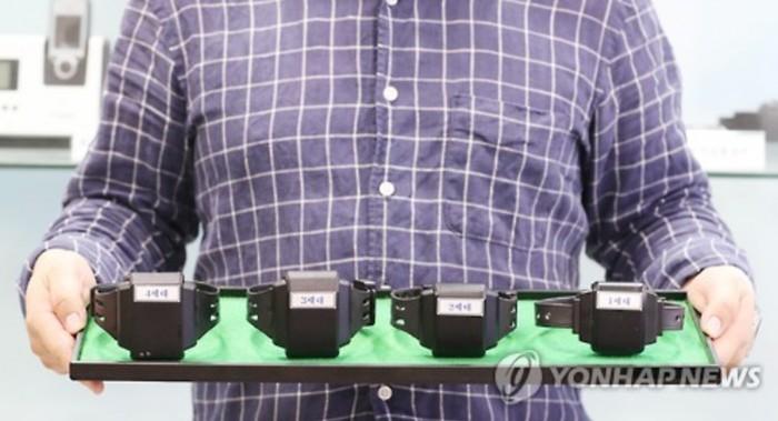 Gelang kaki elektronik untuk pelaku kejahatan seksual