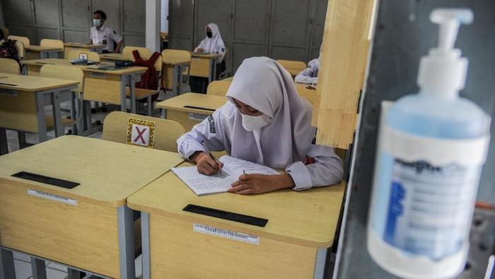Sekolah di Kabupaten Bandung gelar kegiatan pembelajaran tatap muka (PTM) terbatas. Kegiatan itu digelar dengan terapkan protokol kesehatan Guna cegah COVID-19.