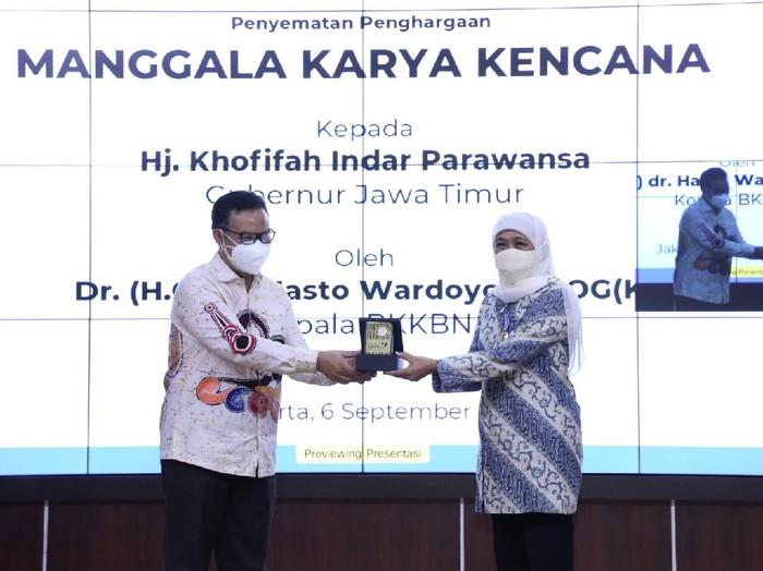 Gubernur Khofifah Indar Parawansa menerima penghargaan Manggala Karya Kencana (MKK) 2021 dari BKKBN RI. Penghargaan ini merupakan apresiasi atas kepedulian dan dukungan Khofifah pada kemajuan program Keluarga Berencana (KB) dan kesejahteraan keluarga di Jatim.