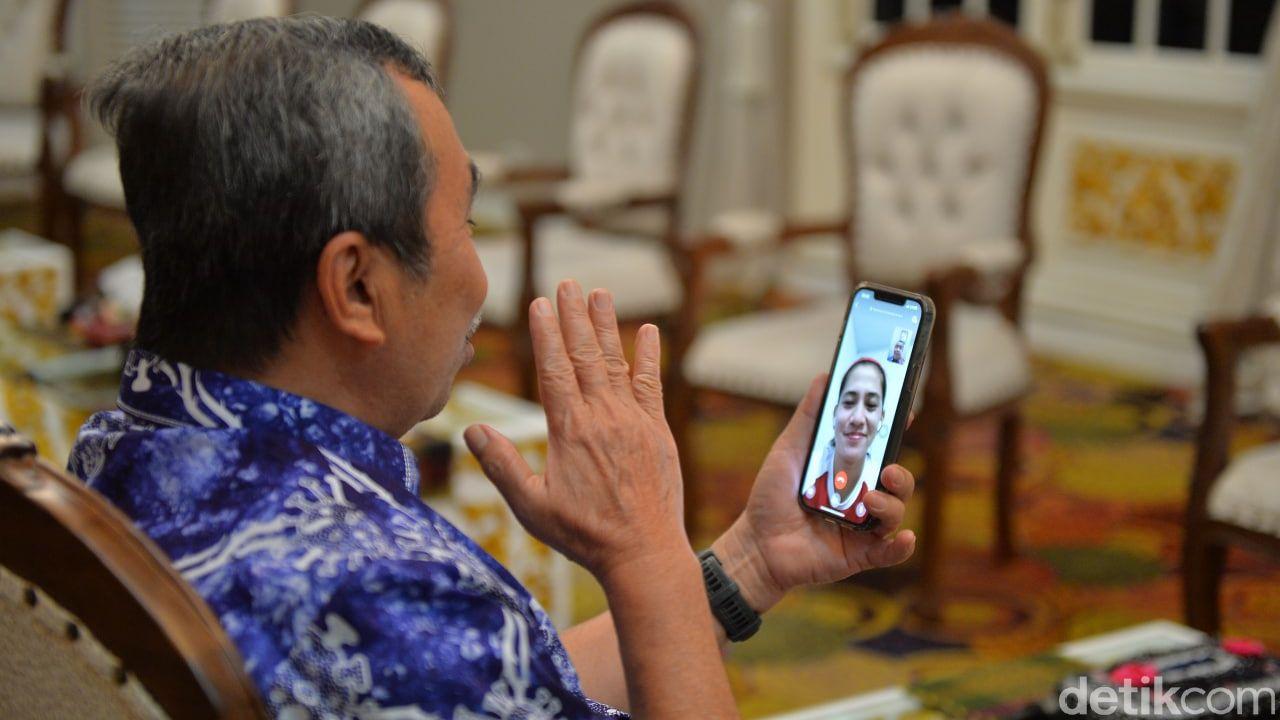 Gubernur Riau saat menyaksikan pertandingan dan berkomunikasi dengan Leani