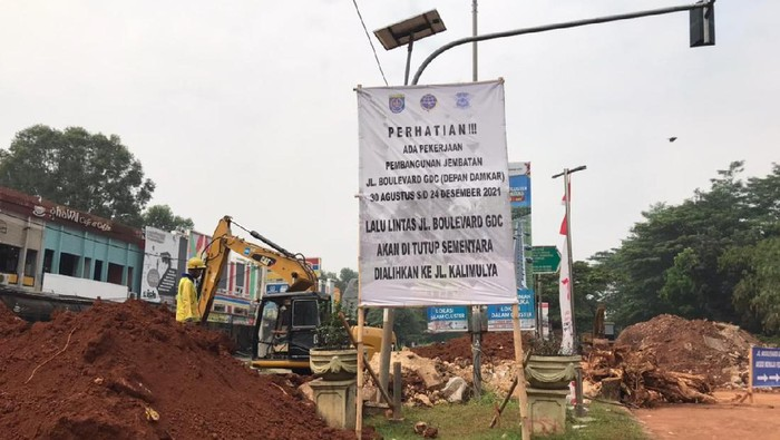 Jalan amblas di Grand Depok City mulai diperbaiki tanggal 31 Agustus 2021. (Firda Cynthia/detikcom)