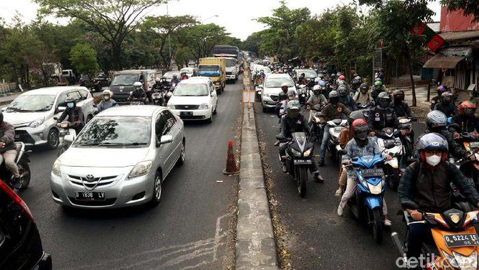 Kemacetan terlihat di Jalan Soekarno-Hatta, Kota Bandung. Antrean panjang kendaraan itu diketahui terjadi imbas pemeliharaan jembatan di Jalan Soekarno-Hatta.
