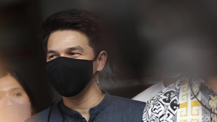 Artis sinetron Jonathan Frizzy alias Ijonk saat ditemui usai melaporkan istrinya Dhena Devanka di Polres Jakarta Selatan, Jakarta, Senin, (6/9).