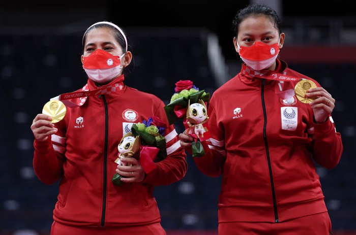 TOKYO, JAPAN - SEPTEMBER 04: Gold medalists Oktila Leani Ratri and Sadiyah Khalimatus of Team Indonesia pose on the podium at the medal ceremony for the Badminton Womens Doubles SL3-SU5 on day 11 of the Tokyo 2020 Paralympic Games at Yoyogi National Stadium on September 04, 2021 in Tokyo, Japan. (Photo by Kiyoshi Ota/Getty Images)