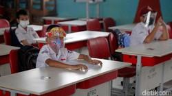Bekasi jadi salah satu daerah yang mulai gelar sekolah tatap muka. Protokol kesehatan pun diterapkan secara ketat guna cegah penyebaran virus Corona.