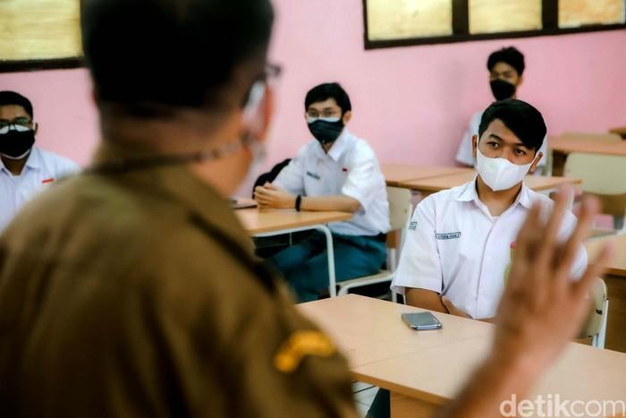 Sekolah di Tangerang mulai melakukan uji coba sekolah tatap muka dengan terapkan protokol kesehatan secara ketat. Seperti apa pelaksanaannya? Lihat yuk.