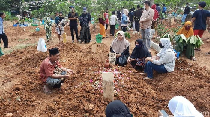 Pemakaman korban keracunan massal di Karawang