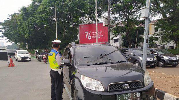 Polisi saat memberi tilang ke pemobil langgar ganjil genap di Jl Sudirman, Jakarta (Adhyasta-detikcom)