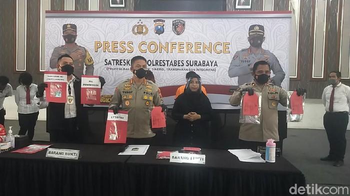 Polisi membongkar kasus aborsi di Surabaya. Dalam kasus ini, ada tiga orang yang diamankan.