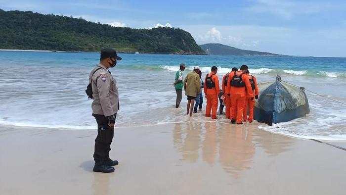 Potret Kapal Telungkup Berisi Mayat Tanpa Kepala Terdampar di Aceh