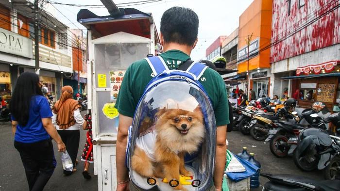 Pengunjung memadati kawasan wisata kuliner Pasar Lama, Tangerang, Banten, Senin (6/9/2021). Pemerintah memutuskan kembali melanjutkan status PPKM di Pulau Jawa-Bali sejak Selasa (7/9) hingga Senin 13 September 2021. ANTARA FOTO/Rivan Awal Lingga/foc.