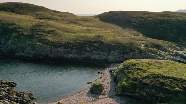 Pulau Carn Deas merupakan bagian dari Summer Isles, sebuah komunitas pulau di Pantai Barat. Di dalamnya ada Pulau Carn Iar dan Carn Beag yang juga tak berpenghuni. (Goldcrest Land and Foresty Group)