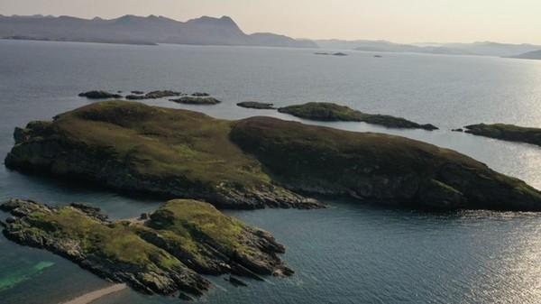 Pulau Carn Deas mempunyai tebing, teluk kecil, pantai dan perairan. Kawasan ini bisa menjadi tempat berlayar, scuba diving, dan snorkeling. (Goldcrest Land and Foresty Group)
