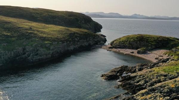 Begitu kosong, tak ada satu bangunan pun yang terlihat di Pulau Carn Deas.(Goldcrest Land and Foresty Group)