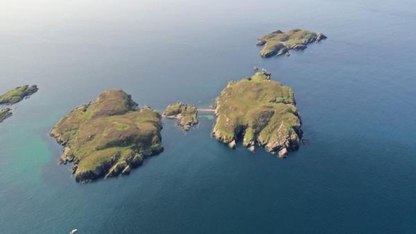 Pulau bernama Carn Deas tak dihuni manusia. Lokasinya berdekatan dengan Desa Archiltibuie yang mempunyai 300 penduduk. (Goldcrest Land and Foresty Group)