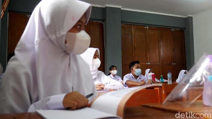 Siswa jenjang TK hingga SMA di Kota Cimahi mulai jalani kegiatan sekolah tatap muka hari ini. Kegiatan itu digelar dengan terapkan protokol kesehatan ketat.
