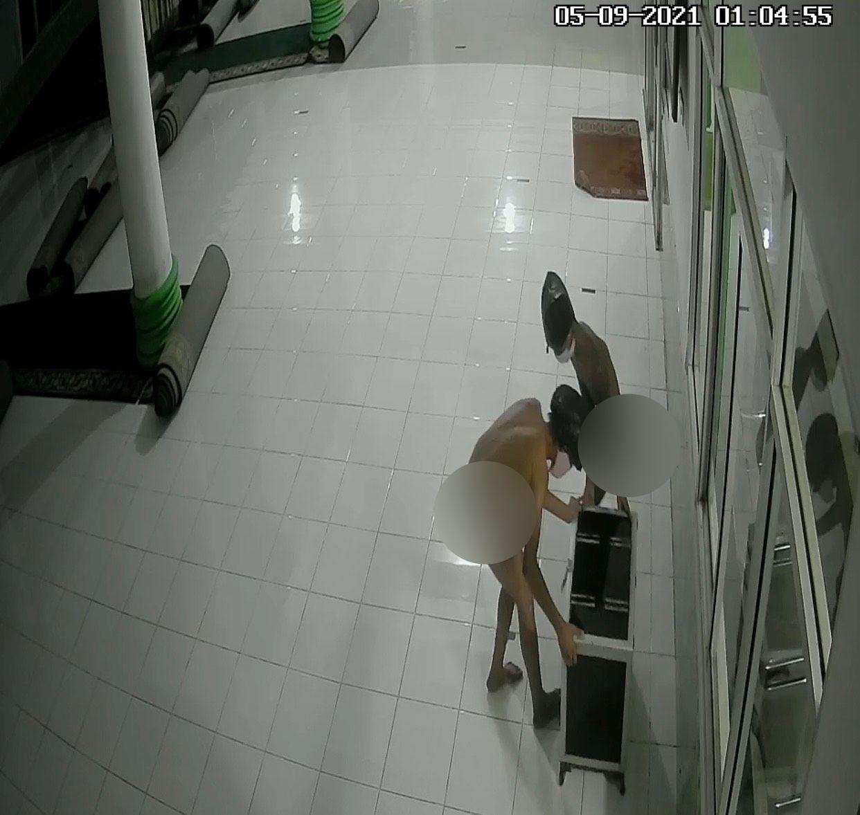 Screenshot video viral 2 pria bercelana dalam curi kotak infak masjid di Sumbar (dok. Istimewa)