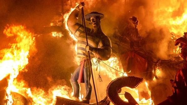 Dalam festival ini, beragam monumen dengan ukuran raksasa ditampilkan untuk dibakar.