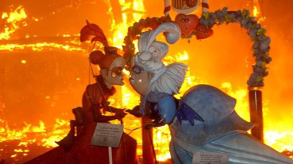 Biasanya monumen-monumen tersebut dibuat dari bahan-bahan yang mudah terbakar seperti kardus, kayu, kertas, maupun kain.