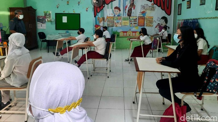Sejumlah sekolah di Surabaya melaksanakan pembelajaran tatap muka (PTM). Selain kenakan seragam, ada pula siswa yang kenakan baju bebas di hari pertama PTM.
