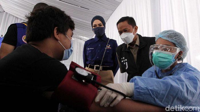 Vaksinasi COVID-19 terus digencarkan. Salah satunya dilakukan oleh Pemuda Siaga Pandemi (PSP) Bervaksin di Kampus Akademi Bela Negara (ABN) Partai NasDem, Jakarta.