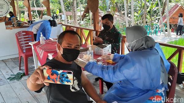 Salah satu peserta vaksin, Priyo (41) warga Yogya mengaku vaksinasi di tempat wisata lebih nyaman. Selain itu, ia bisa menikmati pemandangan hijau. Lebih menyenangkan, karena terkesan santai. Lingkungannya enak pemandangannya enak, kata Priyo. (Jauh Hari Wawan S/detikTravel)