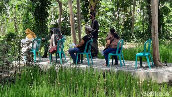 Vaksinasi unik dan asyik dilakukan di Peace Village, Taraman, Ngaglik, Sleman, Daerah Istimewa Yogyakarta (DIY). Ratusan orang datang untuk vaksin dosis kedua sekaligus menikmati suasana lingkungan pedesaan yang asri. (Jauh Hari Wawan S/detikTravel)